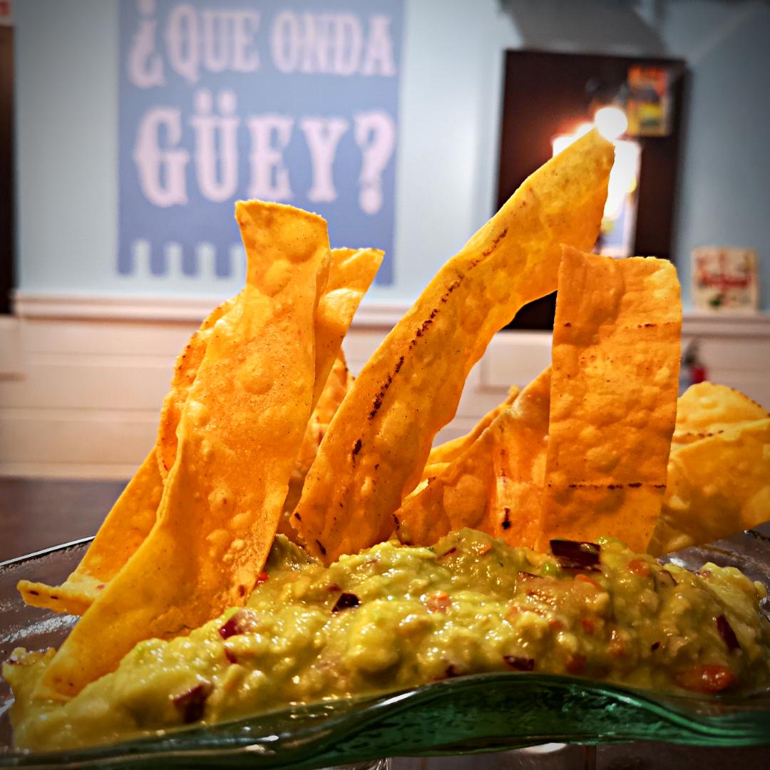 GUACAMOLE : Aguacate, tomate, cebolla, cilantro, jalapeño y acompañados de nachos